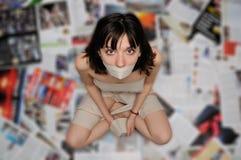 Kvinna i toalettpapper royaltyfri foto