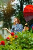 Kvinna i trädgården Royaltyfri Bild