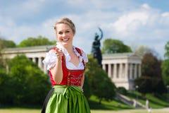 Kvinna i traditionell bayersk kläder utanför Royaltyfria Bilder