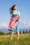 Kvinna i traditionell dirndl för bavarian arkivbild