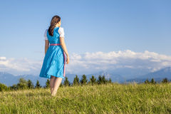 Kvinna i traditionell dirndl för bavarian royaltyfria bilder