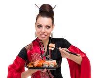 Kvinna i traditionell klänning med östlig mat Arkivbild