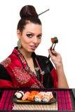 Kvinna i traditionell klänning med östlig mat Arkivfoto