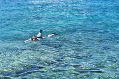 Kvinna i trasparent vatten Arkivfoto