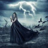 Kvinna i trendiga medeltida klänning- och duvafåglar Royaltyfri Fotografi