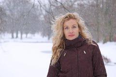 Kvinna i tungt snöfall royaltyfria foton