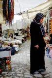 Kvinna i typisk marknad, Turkiet royaltyfri foto