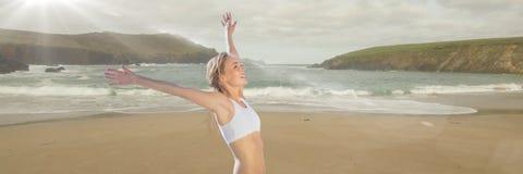 Kvinna i underkläder som firar på stranden med suddighet Royaltyfri Fotografi