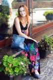 Kvinna i utomhus- blommor fotografering för bildbyråer