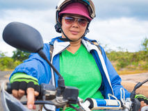 Kvinna i utomhus- lopp för affärsföretag med mopeden Arkivfoto