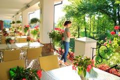 Kvinna i utomhus- restaurang Arkivfoto