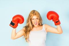 Kvinna i västen som bär röda boxninghandskar Arkivfoton