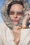 Kvinna i varmt omslag för kall säsong Arkivbilder