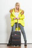 Kvinna i varmt omslag med resväskan Royaltyfri Foto