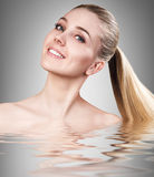 Kvinna i vatten med kristallklar yttersida Arkivfoton
