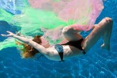 Kvinna i vatten med tyg Royaltyfria Foton