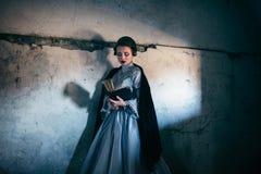 Kvinna i Victorianklänning royaltyfri fotografi