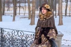 Kvinna i viktoriansk kläder fotografering för bildbyråer