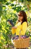 Kvinna i vingård royaltyfri fotografi
