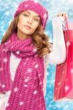 Kvinna i vinterkläder med shoppingpåsar Arkivbilder