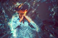 Kvinna i virtuell verklighet Fotografering för Bildbyråer