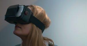 Kvinna i virtuell verklighetexponeringsglas arkivfilmer