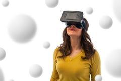 Kvinna i virtuell verklighethörlurar med mikrofon Arkivfoto
