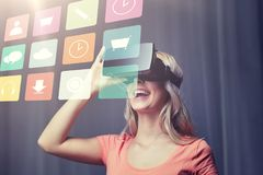 Kvinna i virtuell verklighethörlurar med mikrofon eller exponeringsglas 3d Arkivbild