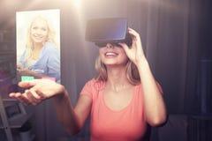 Kvinna i virtuell verklighethörlurar med mikrofon eller exponeringsglas 3d Fotografering för Bildbyråer