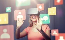 Kvinna i virtuell verklighethörlurar med mikrofon eller exponeringsglas 3d Arkivbilder