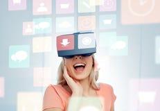Kvinna i virtuell verklighethörlurar med mikrofon eller exponeringsglas 3d Royaltyfri Fotografi