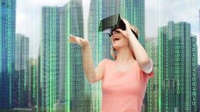 Kvinna i virtuell verklighethörlurar med mikrofon eller exponeringsglas 3d Arkivfoton