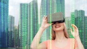 Kvinna i virtuell verklighethörlurar med mikrofon eller exponeringsglas 3d Royaltyfri Foto