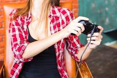 Kvinna i virtuell verklighethörlurar med mikrofon eller exponeringsglas 3d och hörlurar som spelar videospelet med kontrollantgam Royaltyfria Foton