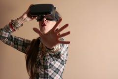 Kvinna i virtuell verklighethjälm VR-exponeringsglas Royaltyfria Bilder