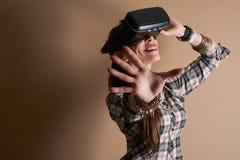 Kvinna i virtuell verklighethjälm VR-exponeringsglas Royaltyfri Bild