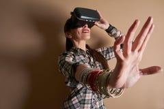 Kvinna i virtuell verklighethjälm VR-exponeringsglas Royaltyfri Fotografi