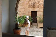 Kvinna i vit på puebloen Espanol Palma de Mallorca Spain royaltyfria foton