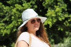 Kvinna i vit i Palma de Mallorca Spain royaltyfria bilder