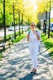 Kvinna i vit i staden Arkivfoton