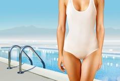 Kvinna i vit swimwear Fotografering för Bildbyråer