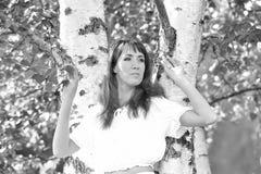 Kvinna i vit vid bj?rken i sommar arkivfoton