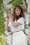 Kvinna i vit vid bj?rken i sommar royaltyfria bilder