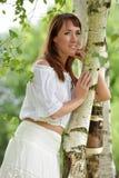 Kvinna i vit vid bj?rken i sommar royaltyfria foton