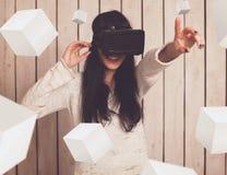 Kvinna i VR-exponeringsglas arkivbilder