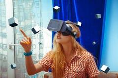 Kvinna i VR-exponeringsglas royaltyfri bild