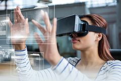 Kvinna i VR-hörlurar med mikrofon som trycker på manöverenheter royaltyfri fotografi