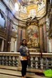 Kvinna inom basilika av helgonet Mary Major Arkivfoton