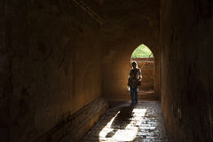 Kvinna inom den Dhammayangyi pagoden, Bagan, Myanmar Arkivbild