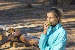 Kvinna livsstil, natur, äpple, ny luft som är utomhus- arkivbilder